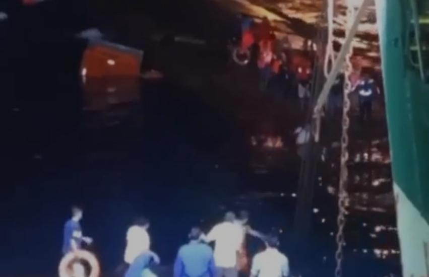 https: img.okezone.com content 2021 06 30 519 2432913 terombang-ambing-di-laut-23-penumpang-kmp-yunice-dievakuasi-kmp-sms-swakarya-OuAzLssJbi.jpg