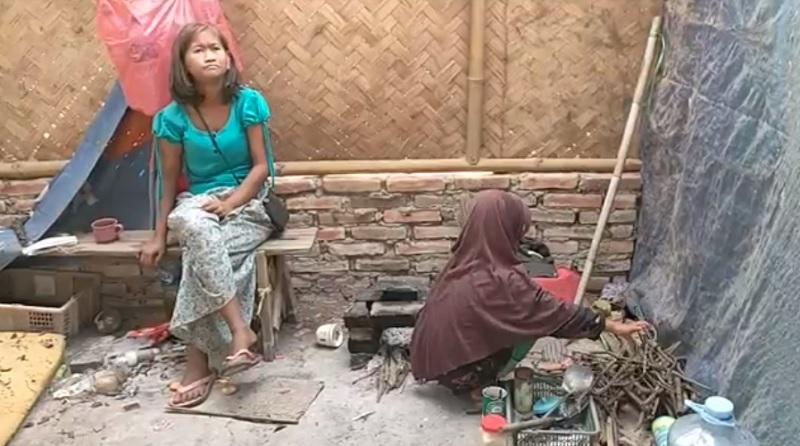 https: img.okezone.com content 2021 06 30 525 2433199 kisah-pilu-bocah-7-tahun-merawat-ibunya-yang-alami-gangguan-jiwa-seorang-diri-GNpMQgYYpg.jpg
