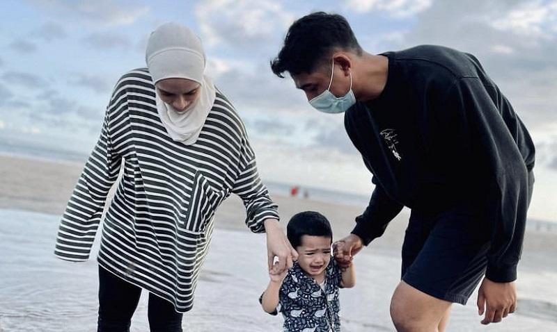 https: img.okezone.com content 2021 07 01 33 2433601 arya-saloka-ajak-istri-dan-anak-liburan-ke-pantai-netizen-keluarga-bahagia-MsZECF3q6h.jpg