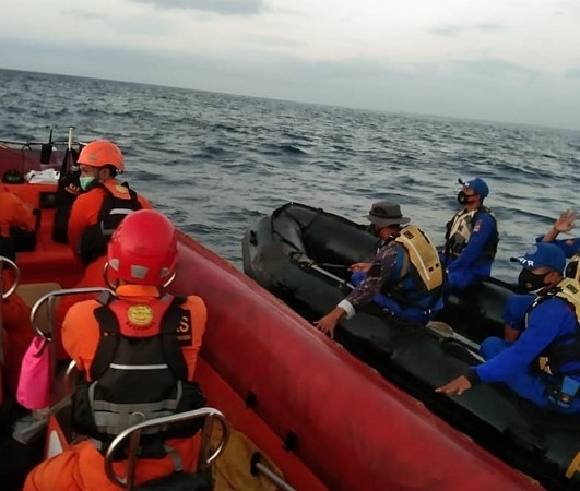 https: img.okezone.com content 2021 07 01 337 2433763 tim-sar-cari-18-penumpang-korban-kmp-yunicee-yang-tenggelam-di-gilimanuk-lgfXLUvoA1.jpg
