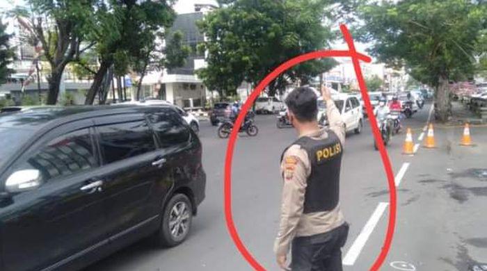 https: img.okezone.com content 2021 07 01 340 2433837 pakai-atribut-polisi-pengemudi-online-ditangkap-H7tbo13J0I.jpg