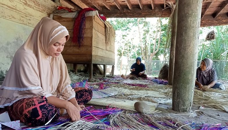 https: img.okezone.com content 2021 07 01 406 2433956 kisah-wanita-sekampung-menganyam-tikar-lanjutkan-tradisi-nenek-moyang-bBckj1ilh4.JPG