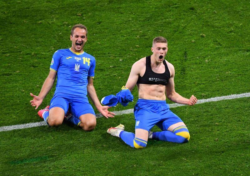 https: img.okezone.com content 2021 07 01 51 2433774 sempat-bikin-salah-fokus-ternyata-ini-alasan-pemain-timnas-ukraina-pakai-sport-bra-3eaXHAMhnm.JPG