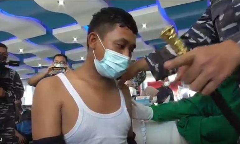 https: img.okezone.com content 2021 07 02 608 2434289 vaksinasi-covid-19-danlantamal-1-belawan-sampai-turun-tangan-yakinkan-warga-yang-takut-disuntik-VFf9fNoZHn.JPG