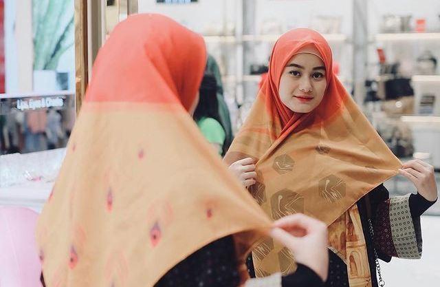 https: img.okezone.com content 2021 07 02 617 2434545 4-inspirasi-gaya-hijab-simpel-cocok-untuk-wfh-selama-ppkm-darurat-8QXxtTkZlG.jpg