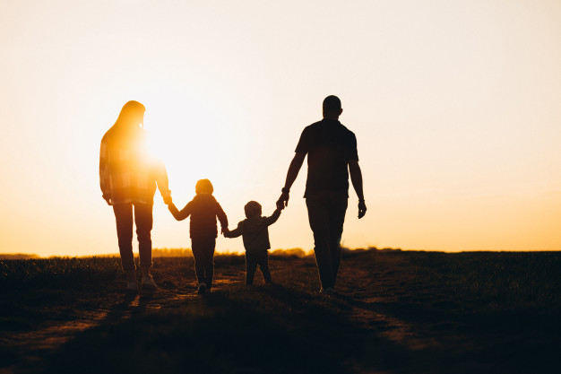 https: img.okezone.com content 2021 07 03 612 2434755 ciptakan-kehidupan-harmonis-ini-cara-bangun-kedekatan-keluarga-menurut-psikolog-zTpk2Pk8AC.jpg