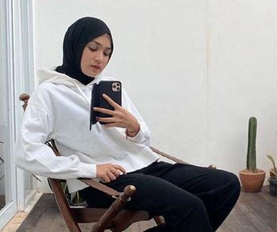 https: img.okezone.com content 2021 07 03 617 2434966 cantik-dan-simpel-4-ootd-gaya-hijab-ala-cut-syifa-weo62H8CM1.jpg