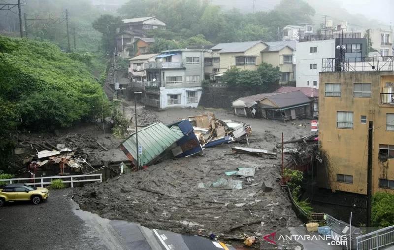 https: img.okezone.com content 2021 07 04 18 2435204 longsor-akibat-hujan-lebat-20-orang-hilang-kY6dNwkKD2.jpg