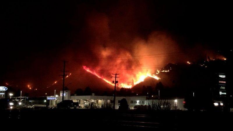 https: img.okezone.com content 2021 07 04 18 2435214 gelombang-panas-ekstrem-130-hutan-terbakar-700-orang-meninggal-ivVtxGpYXy.jpg