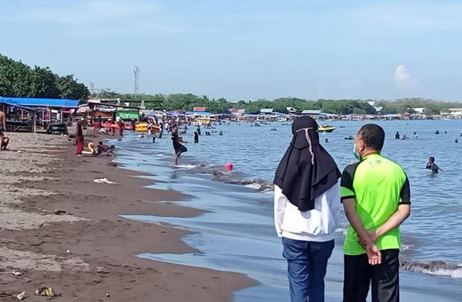 https: img.okezone.com content 2021 07 04 406 2435376 ppkm-darurat-pantai-tanjung-bunga-tetap-ramai-pengunjung-Q8XsJLQXIo.JPG
