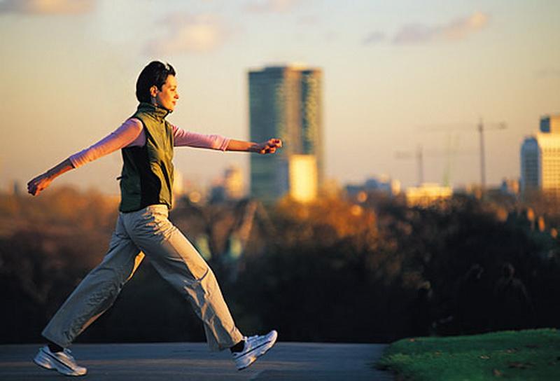 https: img.okezone.com content 2021 07 04 481 2435306 turunkan-berat-badan-yuk-rutin-jalan-santai-setelah-makan-luL7fDF439.jpg