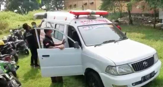 https: img.okezone.com content 2021 07 04 519 2435183 sekelompok-warga-di-sidoarjo-relakan-mobil-pribadi-jadi-ambulans-dibayar-seikhlasnya-QorpeEpSF6.JPG