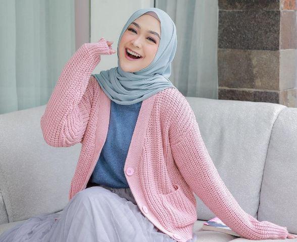 https: img.okezone.com content 2021 07 04 617 2435142 4-gaya-hijab-cantik-ria-ricis-simpel-dan-tetap-syari-fgRNFn3dhY.jpg
