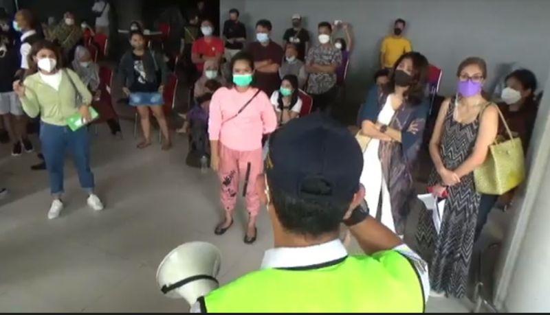 https: img.okezone.com content 2021 07 05 244 2435595 kekacauan-terjadi-di-bandara-ngurah-rai-ratusan-penumpang-protes-aturan-vaksin-AZuPqNC1RW.jpg