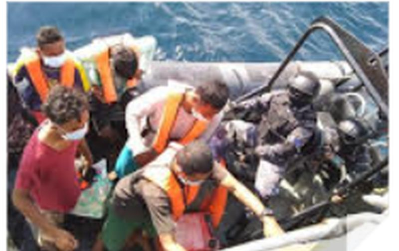https: img.okezone.com content 2021 07 05 337 2435901 tni-al-berhasil-evakuasi-5-nelayan-terdampar-di-perairan-malaysia-G74cyzwn88.jpg