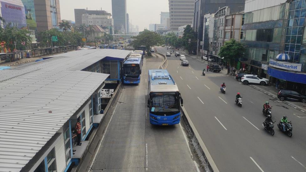https: img.okezone.com content 2021 07 05 338 2435588 begini-kondisi-halte-transjakarta-hari-pertama-kerja-di-masa-ppkm-darurat-6FHAxiubVV.jpg