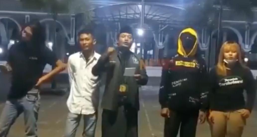 https: img.okezone.com content 2021 07 05 519 2435639 viral-pemuda-situbondo-menolak-penutupan-masjid-nyatakan-siap-perang-9Z1hymxrBZ.jpg