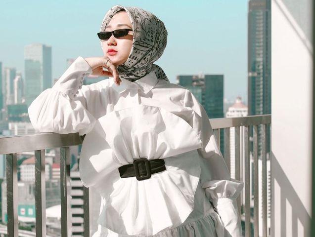 https: img.okezone.com content 2021 07 05 617 2435616 ootd-hijab-super-stylish-dian-pelangi-nomor-5-wajib-coba-CB9eyUhSAn.jpg