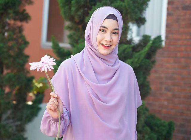 https: img.okezone.com content 2021 07 05 617 2435658 cantik-dan-elegan-yuk-intip-5-ootd-hijab-anisa-rahma-eks-cherrybelle-EOYuEeSrTD.jpg