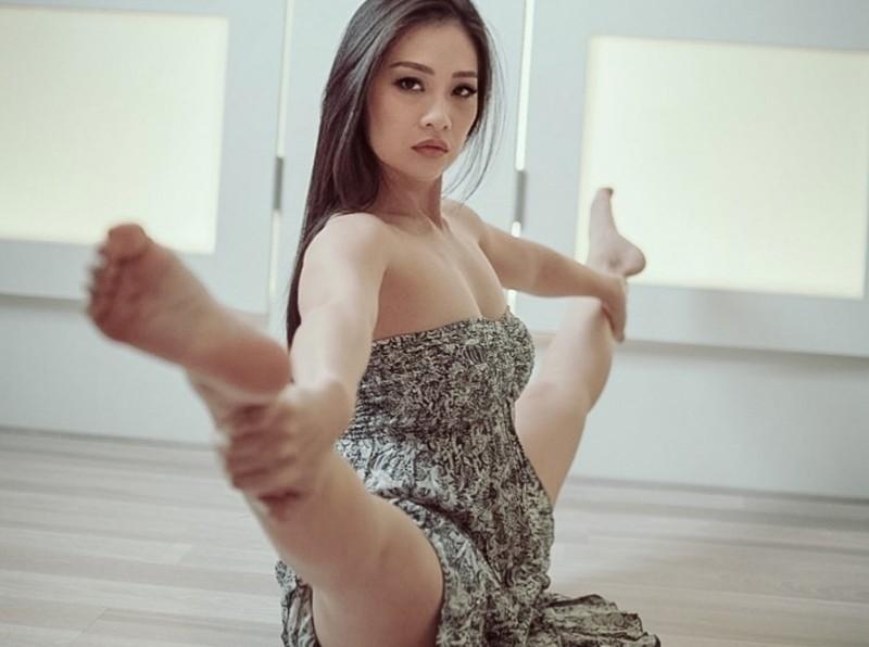 https: img.okezone.com content 2021 07 06 194 2436028 5-pesona-aerial-irene-si-master-pole-dance-seksi-mana-sama-vanessa-angel-FDRKavRjeK.jpg