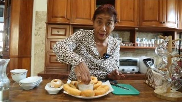 https: img.okezone.com content 2021 07 06 298 2436581 yuk-bikin-donat-kentang-empuk-ala-susi-pudjiastuti-cocok-untuk-camilan-2EIRhuIhhk.jpg
