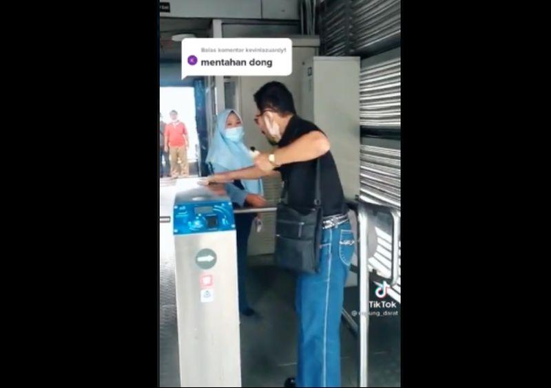 https: img.okezone.com content 2021 07 06 338 2436372 ditegur-soal-masker-penumpang-mengamuk-marahi-petugas-transjakarta-okbfBUjtIz.jpg