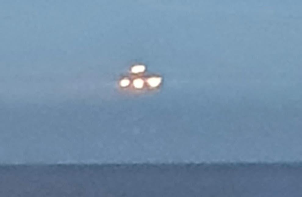 https: img.okezone.com content 2021 07 06 406 2436498 heboh-siswa-ini-ngaku-menangkap-ufo-besar-yang-melayang-di-pantai-uLj2ptYowO.jpg