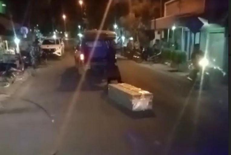 https: img.okezone.com content 2021 07 06 519 2436235 viral-peti-jenazah-covid-19-jatuh-dari-ambulans-diduga-petugas-kelelahan-b7kSsyMr9C.JPG