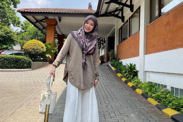 https: img.okezone.com content 2021 07 06 617 2436445 5-gaya-ootd-hijab-pastel-ala-ayana-moon-manis-banget-88vBnln852.jpg