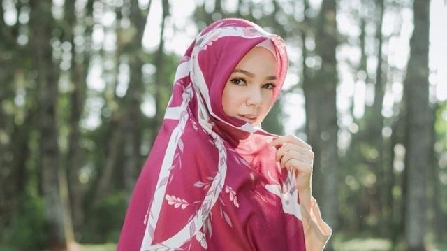 https: img.okezone.com content 2021 07 06 617 2436459 anggun-dan-elegan-intip-4-gaya-hijab-ala-dewi-sandra-KhTuapoXjp.jpg