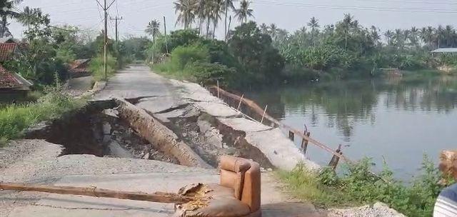 https: img.okezone.com content 2021 07 07 338 2437023 jalan-di-tangerang-ambles-lantaran-diterjang-aliran-sungai-cisadane-cPaF88itrQ.jpg
