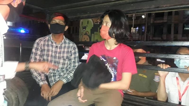 https: img.okezone.com content 2021 07 07 338 2437187 kena-razia-karena-tak-pakai-masker-2-remaja-kepergok-buang-pil-koplo-tMwb43OYnr.jpg
