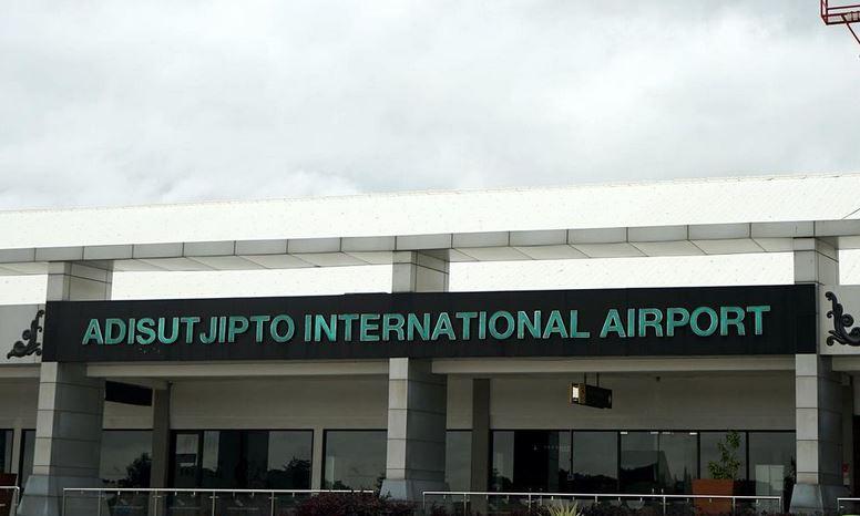 https: img.okezone.com content 2021 07 07 406 2436687 penumpang-di-bandara-adisutjipto-bisa-nikmati-layanan-vaksinasi-covid-19-uJiSxDGT7y.JPG