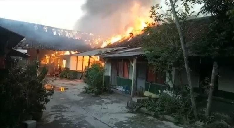 https: img.okezone.com content 2021 07 07 512 2437174 asrama-kodam-iv-diponegoro-semarang-terbakar-JIUzErtx20.jpg