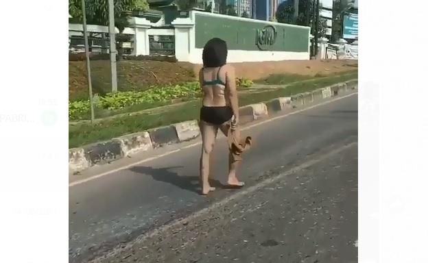 https: img.okezone.com content 2021 07 07 610 2437097 viral-wanita-seksi-ini-bugil-di-tengah-jalan-sempat-macetkan-lalu-lintas-5140iHo4ho.jpg