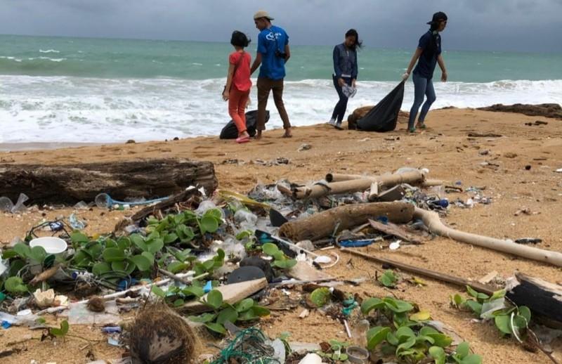 https: img.okezone.com content 2021 07 07 612 2437189 viral-curhatan-wni-di-thailand-temukan-banyak-sampah-made-in-indonesia-IujIc3Y1b1.jpg