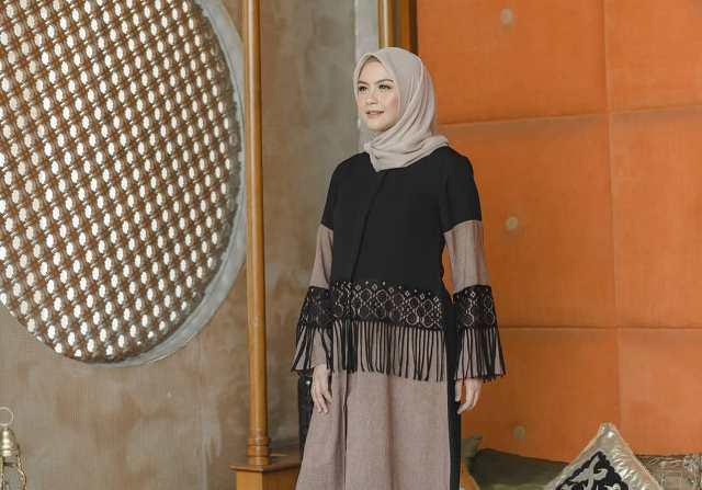 https: img.okezone.com content 2021 07 07 617 2436794 4-inspirasi-gaya-hijab-idul-adha-di-rumah-saja-simpel-dan-fashionable-Sj705TvOAU.jpg