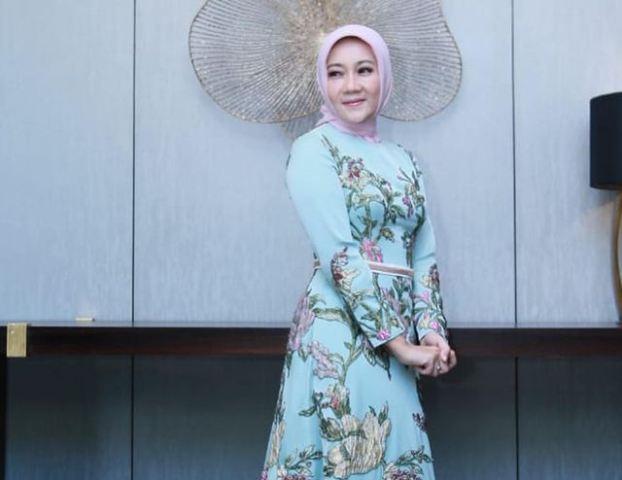 https: img.okezone.com content 2021 07 07 617 2436951 praktis-dan-rapi-5-ootd-hijab-cantik-atalia-praratya-istri-ridwan-kamil-MSdlQS03Ot.jpg