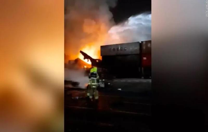 https: img.okezone.com content 2021 07 08 18 2437315 ledakan-guncang-pelabuhan-dubai-sebabkan-kebakaran-besar-mAsxuAIzBj.jpg