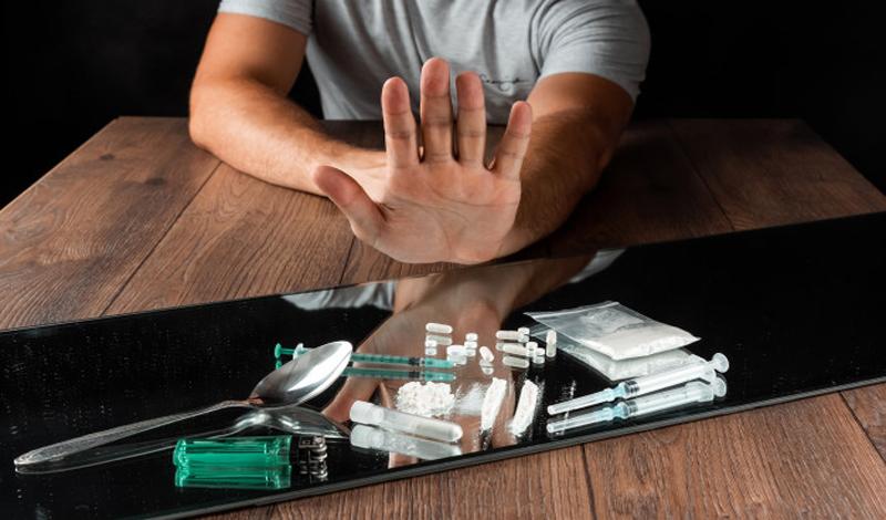 https: img.okezone.com content 2021 07 08 330 2437566 nia-ramadhani-dan-suami-tersandung-kasus-sabu-ini-5-dalil-haramnya-narkoba-JrbxecXnf5.jpg