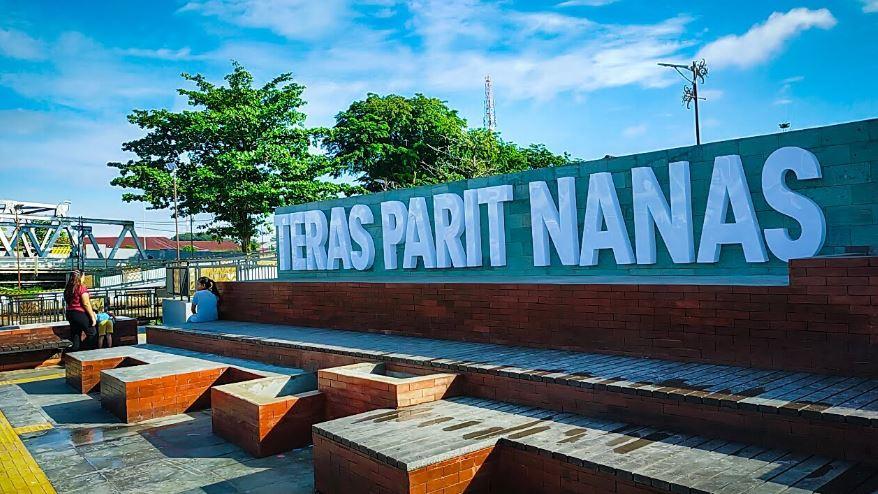 https: img.okezone.com content 2021 07 08 408 2437290 pontianak-perkenalkan-wisata-baru-teras-parit-nanas-berkonsep-waterfront-hdNjG2qQLx.JPG