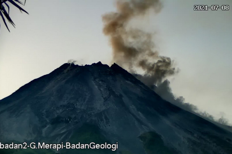 https: img.okezone.com content 2021 07 08 510 2437567 gunung-merapi-6-kali-luncurkan-awan-panas-guguran-jaraknya-1-500-meter-0LfK92LXyN.jpg
