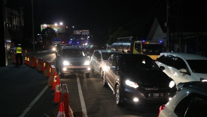 https: img.okezone.com content 2021 07 08 519 2437205 penyekatan-di-malang-sebabkan-kemacetan-hingga-4-km-pengendara-protes-57xJKc1zqN.jpg