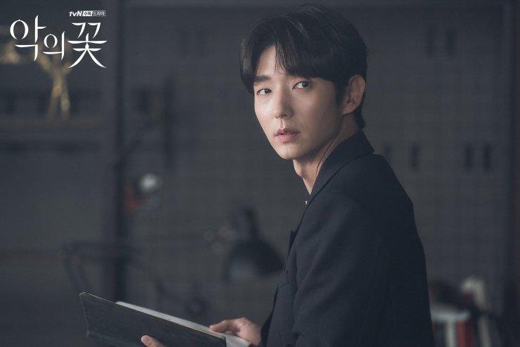 https: img.okezone.com content 2021 07 08 598 2437725 flower-of-evil-lee-joon-gi-pelaku-pembunuhan-di-desa-gakyeongri-0vm8Vi0YB3.jpg