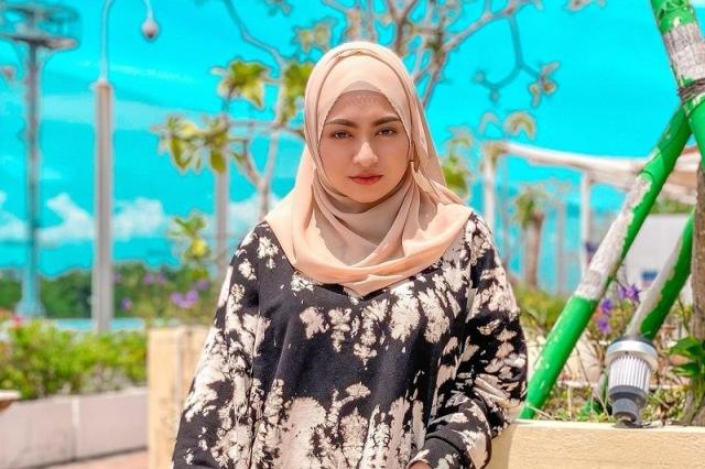 https: img.okezone.com content 2021 07 08 617 2437389 simpel-dan-trendi-intip-5-ootd-hijab-cantik-ala-nathalie-holscher-6VYQuupdO9.jpg