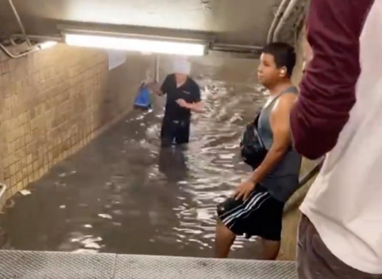 https: img.okezone.com content 2021 07 09 18 2438299 stasiun-kereta-api-bawah-tanah-di-new-york-terendam-banjir-berubah-seperti-wahana-air-UDInUiDh6I.jpg