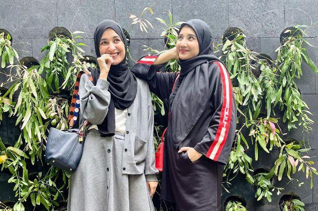 https: img.okezone.com content 2021 07 09 617 2438129 adu-gaya-hijab-zaskia-vs-shireen-sungkar-modis-dan-ekspresif-PhM2BuXYXM.jpg