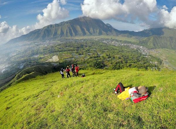https: img.okezone.com content 2021 07 10 408 2438611 semeru-hingga-rinjani-ini-deretan-gunung-dengan-sabana-terindah-di-indonesia-ERvtglQckm.jpg