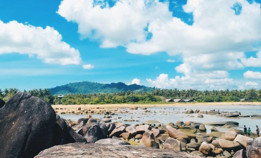 https: img.okezone.com content 2021 07 11 406 2438982 objek-wisata-di-temajuk-kesulitan-listrik-24-jam-signal-ponsel-pun-numpang-ke-malaysia-EYGBv4j1Ww.JPG