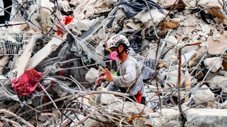 https: img.okezone.com content 2021 07 12 18 2439166 gedung-ambruk-korban-tewas-bertambah-menjadi-90-orang-Up0wQZcVbI.jpg